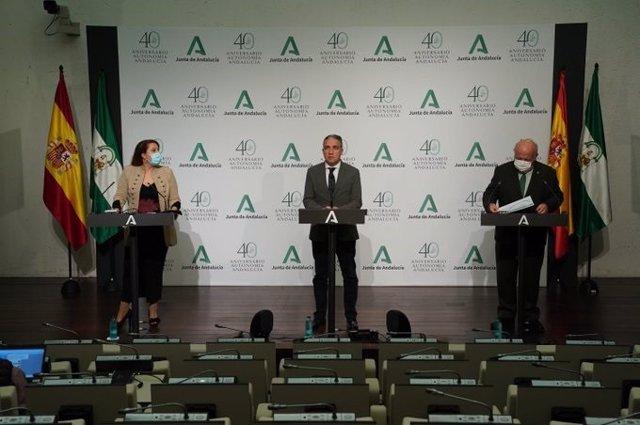 Carmen Crespo, Elías Bendodo y Jesús Aguirre, en rueda de prensa posterior a la reunión del Consejo de Gobierno.