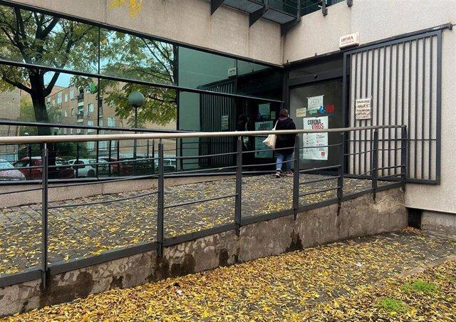 Una mujer entra por la puerta de un centro de salud de Valdezarza, en el distrito de Moncloa-Aravaca,