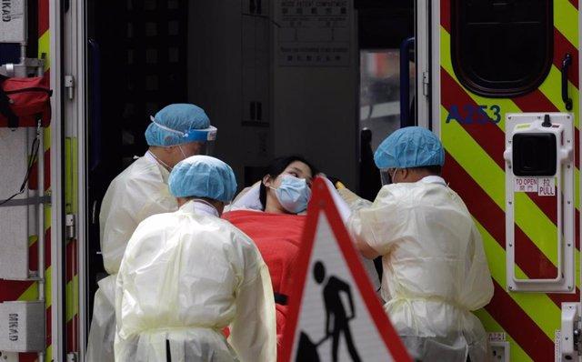 Una paciente es trasladada a un hospital tras contagiarse de COVID-19 en Hong Kong.
