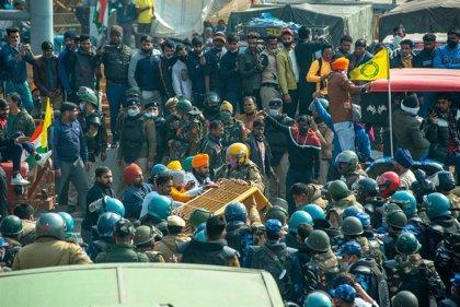La Policía y los trabajadores agrarios se enfrentan en una nueva protesta en Nueva Delhi