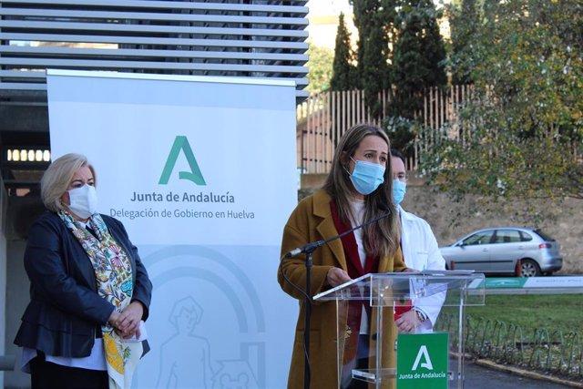 La delelgada de la Junta en Huelva, Bella Verano, en su visita al CPE Virgen de la Cinta de Huelva la pasada semana.