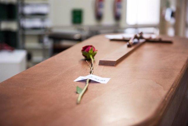 Detalle de la rosa, que los Servicios Funerarios de Madrid colocan sobre cada féretro, en la sala previa a la incineración en el Crematorio de la Almudena durante la pandemia de coronavirus en Madrid.