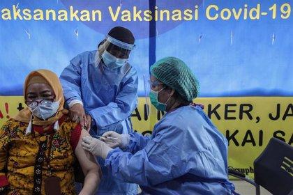 Indonesia supera el millón de casos de coronavirus poco después del inicio de la campaña de vacunación