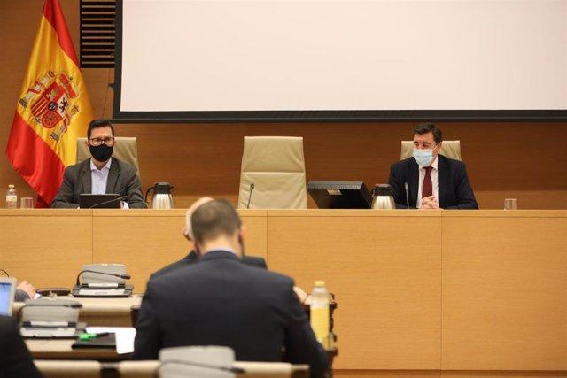 (I-D) El vicepresidente y el presidente de la Comisión de Defensa, Francisco Aranda (PSOE) y José Antonio Bermúdez de Castro (PP) durante la Comisión de Defensa en el Congreso de los Diputados