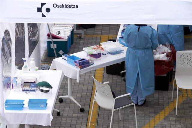 Personal sanitario realiza pruebas PCR de detección de coronavirus