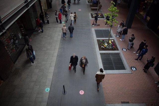 Varias personas realizan compras en el centro comercial La Maquinista, en Barcelona (España), a 14 de diciembre de 2020.