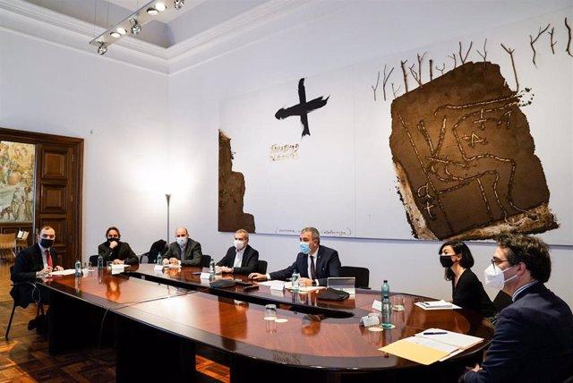 El primer teniente de alcalde de Barcelona, Jaume Collboni, se reúne con representantes de las cámaras de comercio y oficinas comerciales