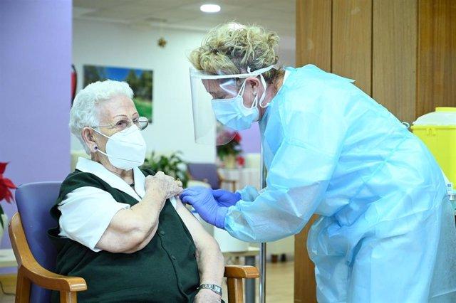 Araceli, de 96 años es la primera persona en vacunarse contra el COVID-19 en España, el primer día de vacunación, en la residencia de mayores Los Olmos de Guadalajara, en Castilla La-Mancha (España), a 27 de diciembre de 2020.