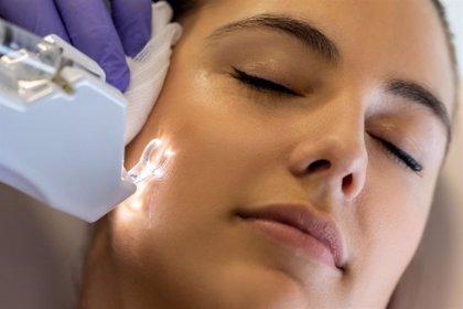 Experta en cirugía estética recomienda el láser CO2 resurfacing y el ácido hialurónico para eliminar marcas del acné