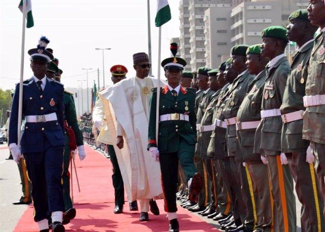 El presidente de Nigeria, Muhamadu Buhari, durante un desfile militar