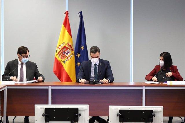 (I-D) El ministro de Sanidad, Salvador Illa, el presidente del Gobierno, Pedro Sánchez y la ministra de Política Territorial y Función Pública, Carolina Darias durante la reunión del Comité de Seguimiento del coronavirus, a 25 de enero de 2021.