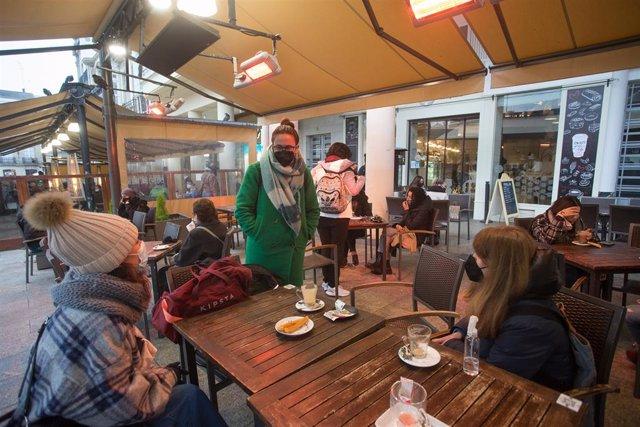 Tres xiques en la terrassa d'un restaurant el primer dia del tancament perimetral decretat a Lugo, Galícia (Espanya), a 15 de gener de 2021. El tancament perimetral forma part del paquet de noves restriccions de la Xunta per a frenar l'expansió del virus
