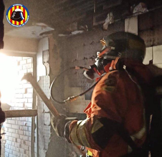 Un bomber del Consorci participa en l'extinció de l'incendi d'Alginet