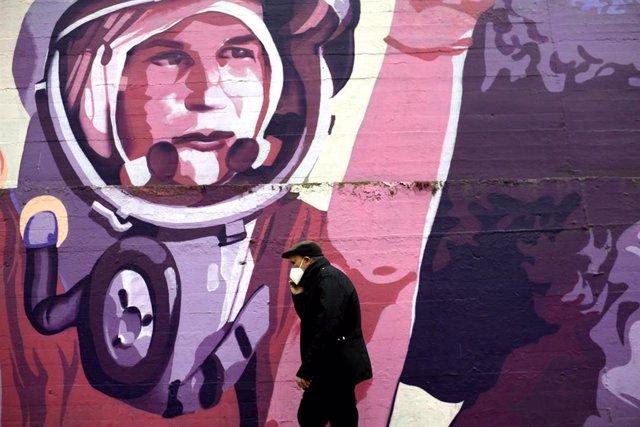 Un hombre pasa por el mural feminista en el polideportivo municipal de la Concepción en el distrito de Ciudad Lineal que será proximamente borrado tras una iniciativa de Vox en el Ayuntamiento de Madrid, en Madrid (España), a 25 de enero de 2021.
