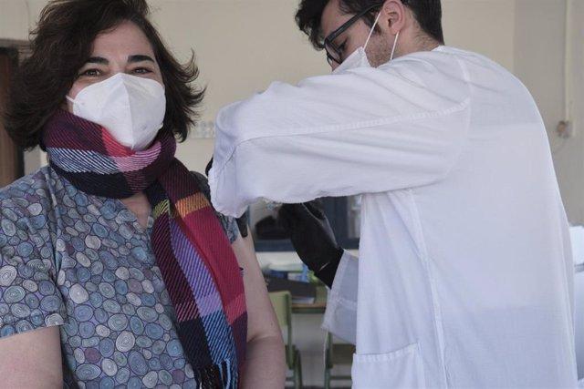 Un trabajador sanitario inyecta una de las primeras vacunas de Pfizer-BioNTech contra la Covid-19 a una trabajadora de la Vivienda Tutelada para personas discapacitadas de Campo de Criptana, en el Centro Ocupacional Rogelio Sánchez Ruiz, Campo de Criptana