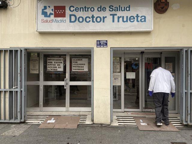 Un sanitario entra al centro de salud de la zona básica de salud (ZBS) de Doctor Trueta