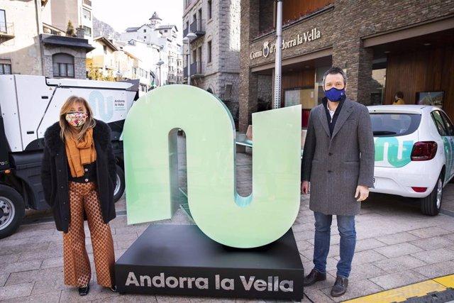 Conxita Marsol i David Astrié amb una escultura de la nova marca del Comú d'Andorra la Vella.