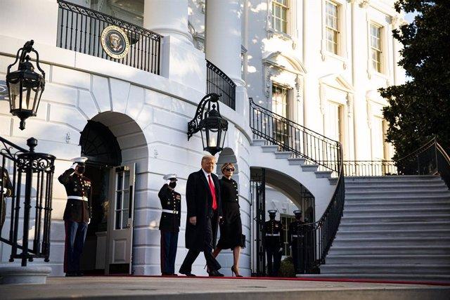 El Presidente de los Estados Unidos, Donald Trump, abandona la Casa Blanca acompañado de la primera dama, Melania Trump, antes de subirse en el Marine One en el Jardín Sur de la Casa Blanca, en Washington D.C., Estados Unidos, a 20 de enero de 2021. Trump