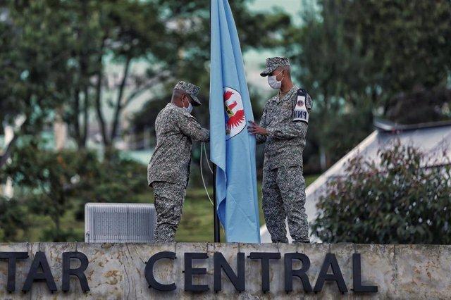 Soldados izan la bandera a media asta por la muerte del ministro de Defensa, Carlos Trujillo Holmes.