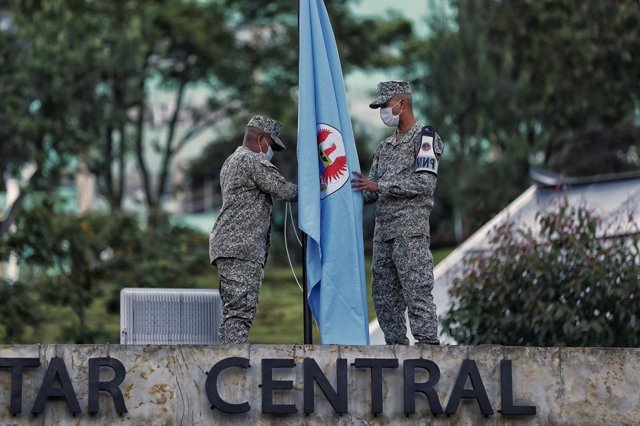 26 January 2021, Colombia, Bogota: Soldiers lower a flag at half-mast at the Central Military Hospital. Colombian Defence Minister Holmes Trujillo was announced dead after health complications that resulted from contracting coronavirus. Photo: Camila Díaz