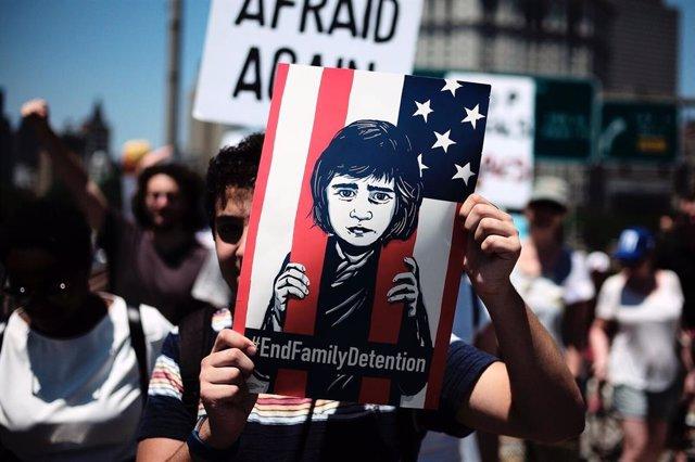 """Manifestación contra el programa de """"tolerancia cero"""" por el cual miles de familias fueron separadas por las autoridades estadounidenses tras cruzar la frontera de manera irregular."""