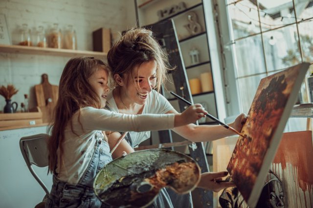 Madre e hija pintando. Creatividad.