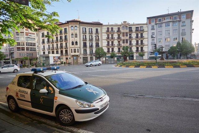 Un coche de la Guardia Civil en Pamplona un día después de que el Gobierno anunciara las medidas de desescalada por la pandemia del coronavirus, en Pamplona (Navarra) a 29 de abril de 2020.
