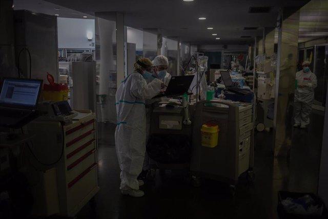 Varios sanitarios protegidos en la Unidad de Cuidados Intensivos –UCI- del Hospital del Mar, en Barcelona, Catalunya (España), a 19 de noviembre de 2020