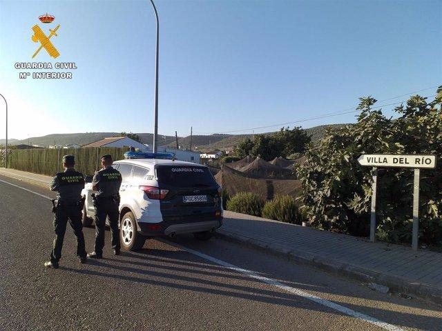 Una patrulla de la Guardia Civil en Villa del Río.