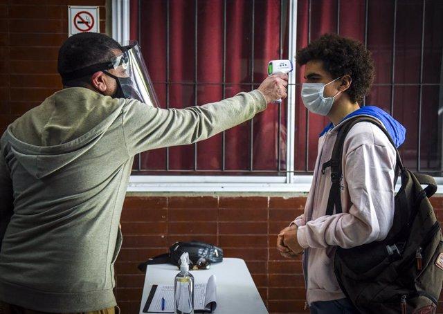 Toma de temperatura a un estudiante en Argentina.