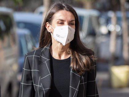 La Reina Letizia luce, por primera vez fuera de Palacio, la misteriosa blazer que estrenó en el confinamiento
