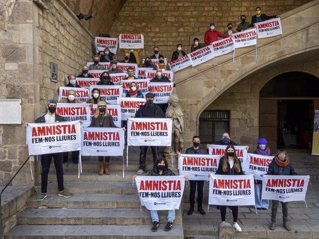 Escriptors, llibreters i editors reclamen amnistia dels presos sobiranistes en un acte davant la Biblioteca de Catalunya
