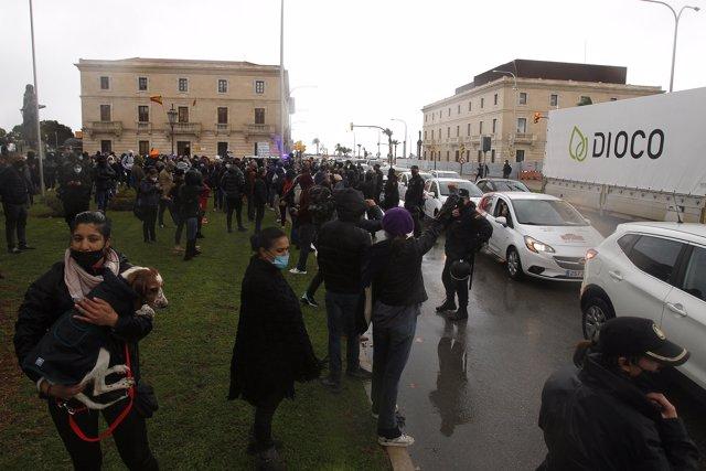 Manifestantes durante una nueva protesta contra el cierre de la restauración aprobada por el Govern