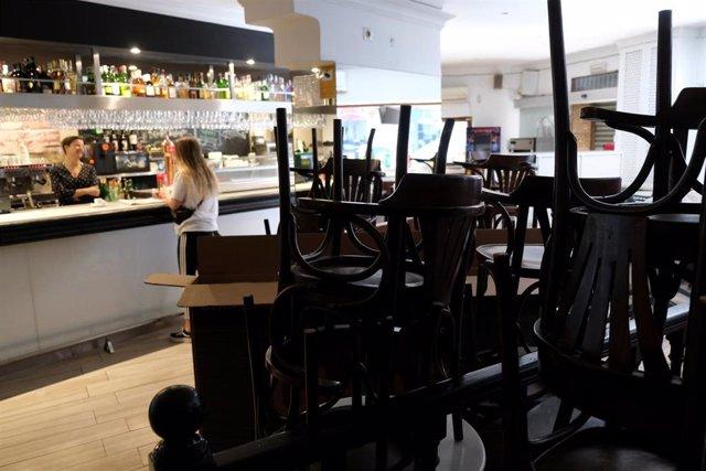Sillas de terraza en un bar abierto de Mallorca en una imagen de archivo cuando los bares permanecían abiertos
