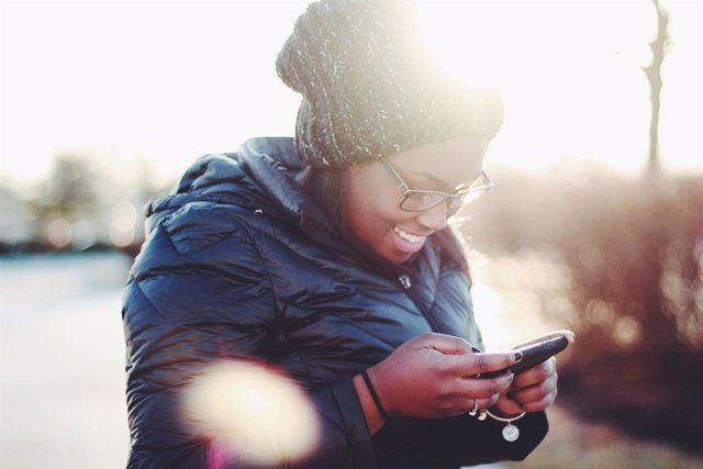 Mujer usando un móvil