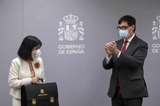 La nueva ministra de Sanidad, Carolina Darias (i) y el anterior titular de ese departamento, Salvador Illa (d), durante el acto de traspaso de la cartera del Ministerio de Sanidad, en Madrid (España), a 27 de enero de 2021.