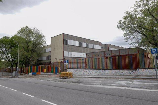 Zonas exteriores pertenecientes a un colegio cerrado en la capital el pasado 16 de abril