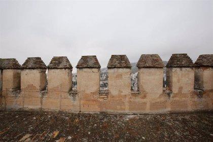 Los seísmos dañan las almenas de la Torre de las Gallinas de la Alhambra de Granada