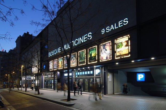 Fachada del Cine Bosque del Grup Balañá, en Barcelona, en una imagen de archivo.