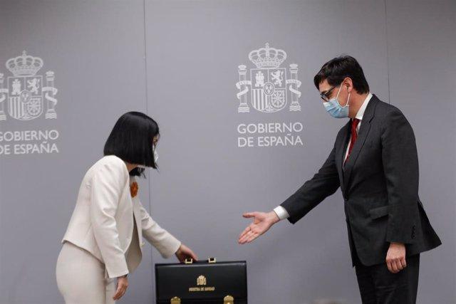 La nueva ministra de Sanidad, Carolina Darias (i) y el anterior titular de ese departamento y actual candidato del PSC a las elecciones catalanas, Salvador Illa (d), durante el acto de traspaso de la cartera del Ministerio de Sanidad, en Madrid (España),