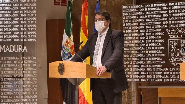 El vicepresidente segundo y consejero de Sanidad y Servicios Sociales, José María Vergeles, en rueda de prensa tras el Consejo de Gobierno de la Junta