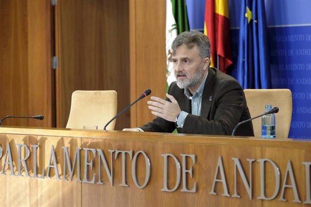 El portavoz parlamentario del PSOE-A, José Fiscal, en rueda de prensa.