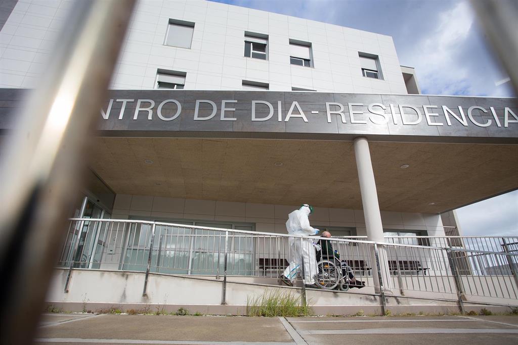 Detectados 13 positivos en usuarios de una residencia de mayores en Teo (A Coruña) y 7 en otra de Boborás