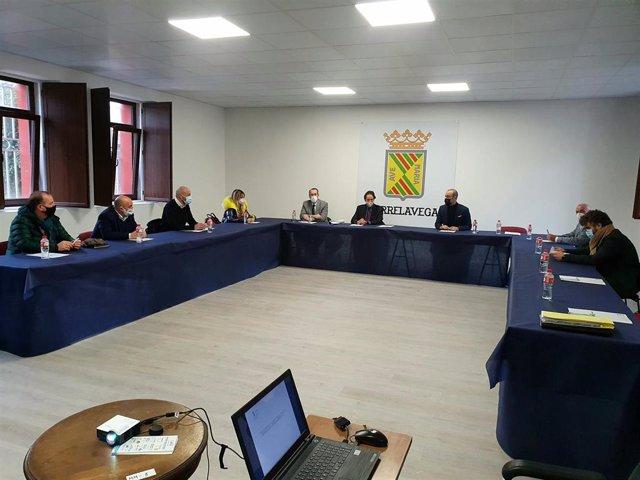 Reunión entre el consejero de Obras Públicas, José Luis Gochicoa, y los alcaldes del Besaya