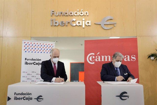 José Luis Rodrigo, director general de Fundación Ibercaja,  y Manuel Teruel, preidente de la Cámara de Comercio,  firman el convenio
