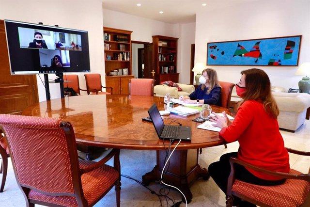 La presidenta del Govern, Francina Armengol, y la consellera de Salud, Patricia Gómez, mantienen una videoconferencia con responsables de Formentera