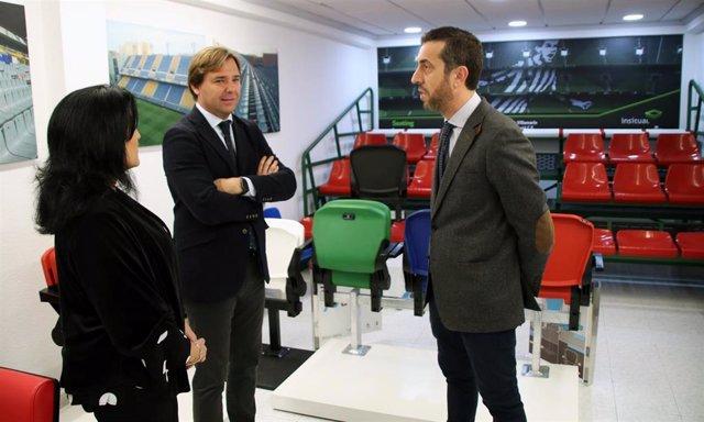 El delegado del Gobierno andaluz en Córddoba, Antonio Repullo (centro), visita la empresa Daplast en una imagen de archivo.