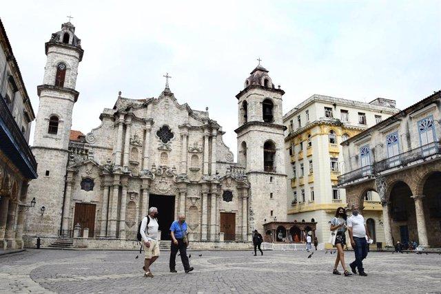 Personas con mascarilla en la zona vieja de La Habana