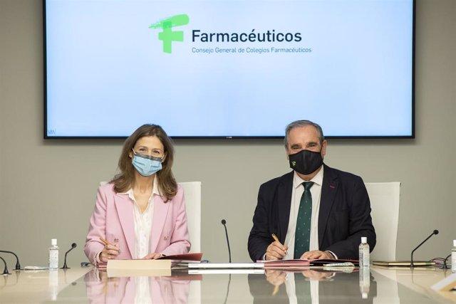 La directora de la Agencia Española de Medicamentos y Productos Sanitarios (AEMPS), María Jesús Lamas, y el presidente del Consejo General de Colegios Farmacéuticos, Jesús Aguilar.