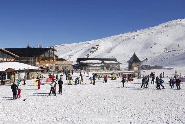 Esquiadores  con mascarillas en la estación de esquí de Sierra Nevada, en imagen de archivo